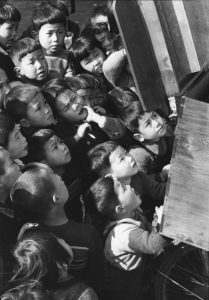 Ken Domon, Children looking at a picture-card show, 1953